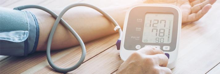 magas vérnyomás vizsgálat, amely magában foglalja súlyemelés és magas vérnyomás